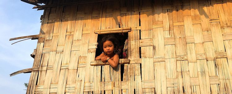 Murong Mädchen in bambus Pfahlbaumhaus in Chimbuk Bangladesch
