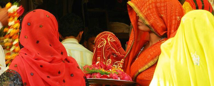 Frauen offeriere im Trinetra Ganesh Tempel Ranthambore Nationalpark