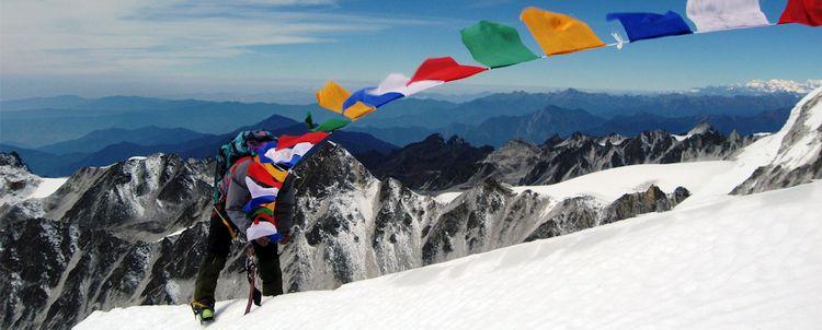 Gebetsfahnen auf Mount Thinchenkhan in Sikkim, Indien